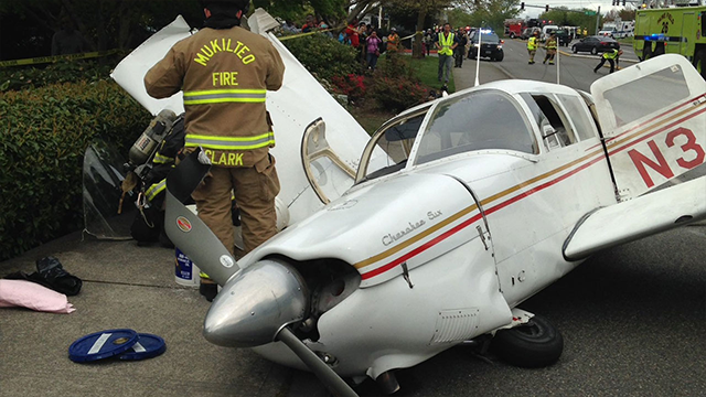Small plane crashes on street in Mukilteo; vehicles damaged but no serious injuries