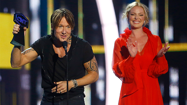 "Keith Urban accepts the award for male video of the year for ""Blue Ain't Your Color"" at the CMT Music Awards at Music City Center on Wednesday, June 7, 2017, in Nashville, Tenn. Looking on in background right is presenter Katherine Heigl. (AP Photo)"