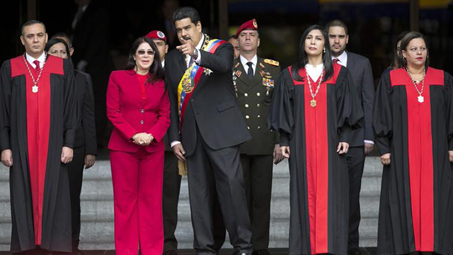 Venezuela crisis: Police helicopter attacks supreme court