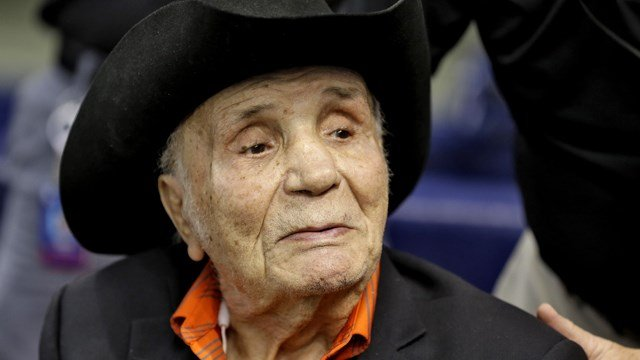 Former middleweight boxing champion Jake LaMotta watches batting practice before a baseball game between the Tampa Bay Rays and the New York Yankees Tuesday, Sept. 15, 2015, in St. Petersburg, Fla. (AP Photo/Chris O'Meara)