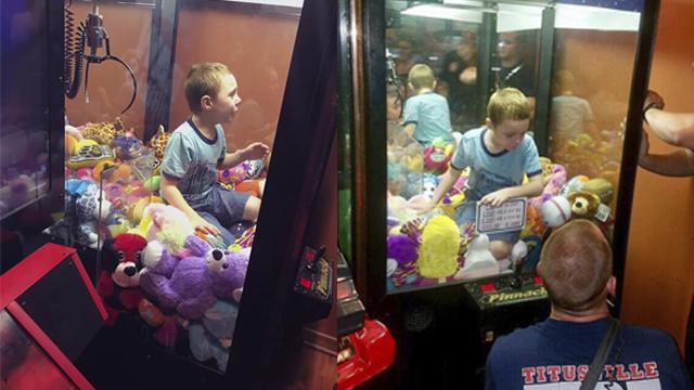 United States boy trapped in Florida stuffed toy arcade machine