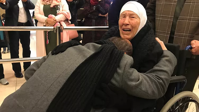 (Source: CNN) Amer Adi falls to his knees as he reunites with his mother for the first time in 20 years.