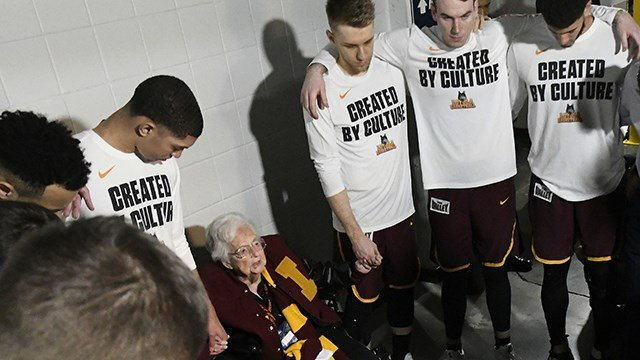Loyola-Chicago chaplain Sister Jean Dolores Schmidt, leads the team in brayer before the first half of a regional final NCAA college basketball tournament game between Loyola-Chicago and Kansas State. (AP Photo/John Amis)