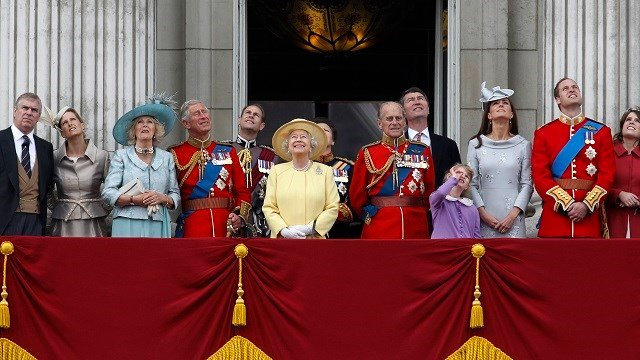 Members of the Royal Family watch a Royal Air Force fly pass with their family from the balcony of Buckingham Palace after the Trooping The Colour at the Horse Guards Parade in London on June 16, 2012. (AP Photo/Sang Tan)