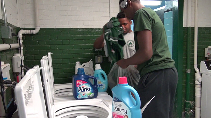 When students were bullied because of dirty clothes, a principal installed a free laundromat at school. (WPIX via CNN)